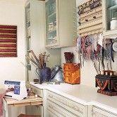 Suportes para papel e fitas entre as prateleiras do armário