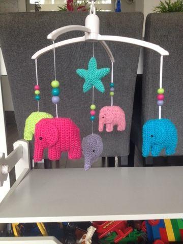 We hebben een nieuw buurmeisje! Welkom lieve Lauren! Als kraamcadeau heb ik een muziekmobiel gepimpt. Het patroon van de olifantjes heb ik h...