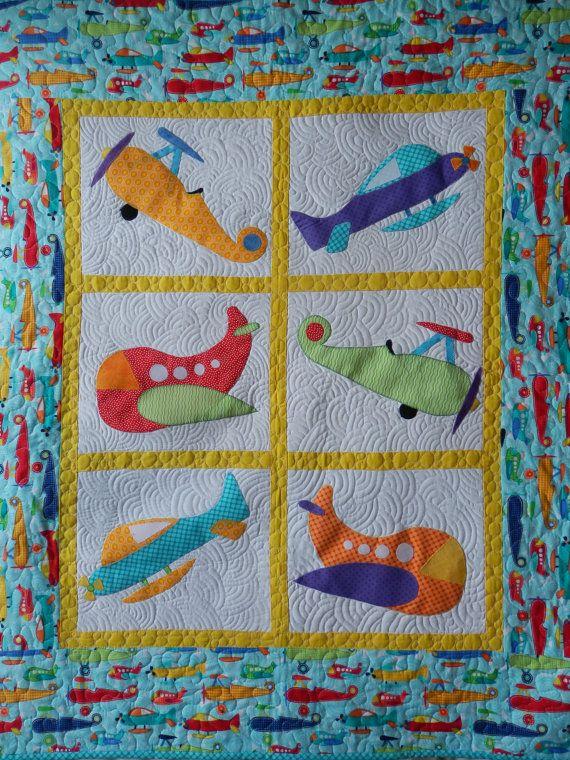 Baby boy or toddler plane applique and patchwork cot quilt --- Voor het pasgeboren jongetje een babydeken met vliegtuigjes