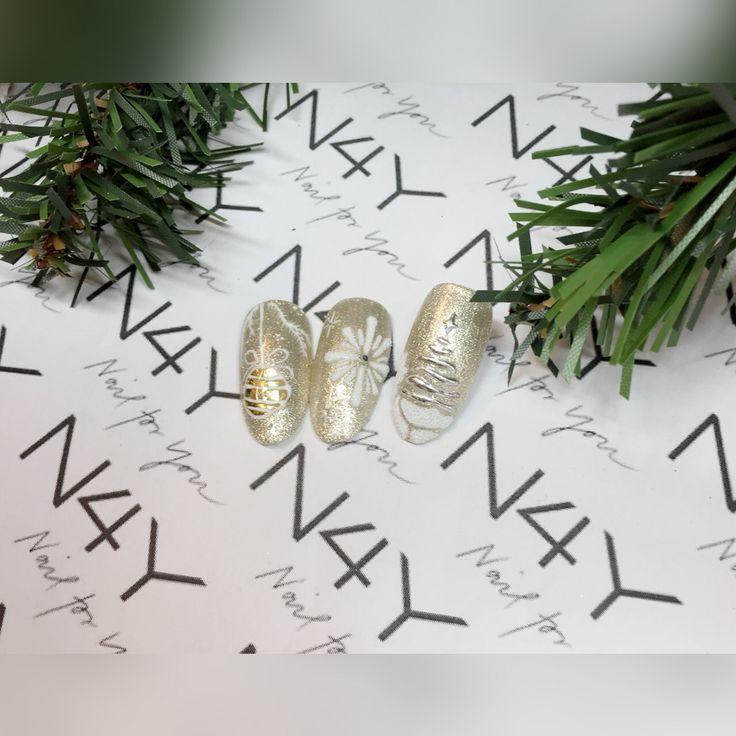 Negle med jule nail art, her i guld gel polish og negle folie i både sølv og guld. Nails with christmas nail art