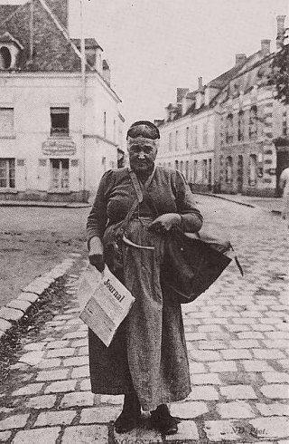 Porteuse de journaux au début du XXe siècle