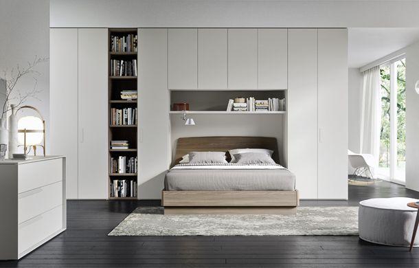 Comment mettre tout mon dressing en tête de lit !!! Agrémenté d'une bibliothèque, ce rangement est discret et fonctionnel. Une commode pour compléter les rangements et c'est tout bon !