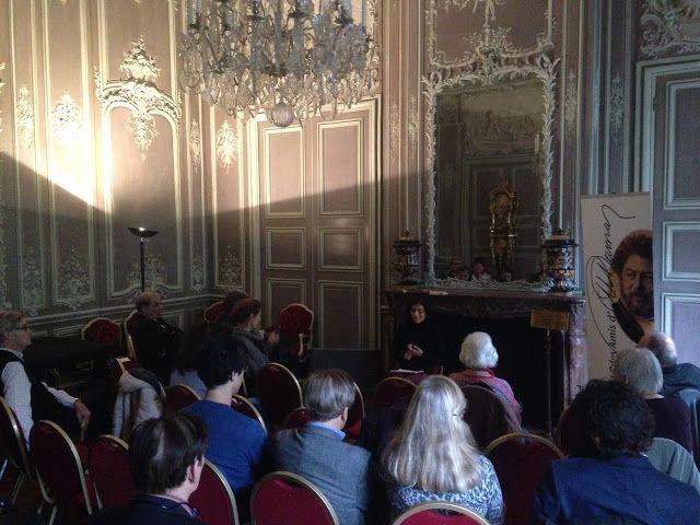 15) Le salon de musique:.. il lui était dû 1400 livres, qui devaient lui être payés comptant; enfin, il était propriétaire avec sa mère, veuve depuis 1735, de la maison qu'elle habitait rue des Fossés St-Germain. En épousant Anne-Catherine Muidebled, Dauphin s'alliait à une famille qui comptait de nombreux menuisiers -un Muidebled est cité en 1681 dans les comptes de la chapelle royale de Versailles-; des plombiers ou entrepreneurs de bâtiments.