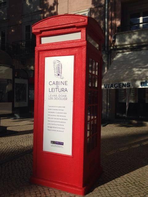 Em Lisboa, uma velha cabine telefónica é a nova biblioteca comunitária / https://www.facebook.com/cabineleitura