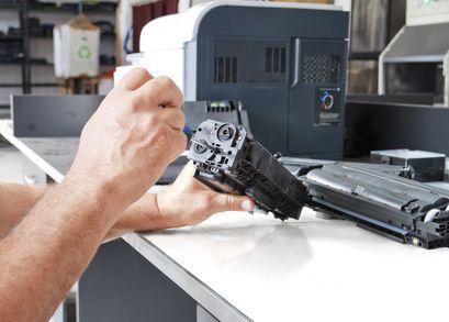 Ремонт оргтехники.  Матричныйпринтер — это доисторический агрегат и практически выведен из общегопользования, есть риск повредить его безвозвратно.  Картриджи Canon широко распространены, для них существует нормальный тонер, не отличающийся от оригинального (порошка, если дождаться пока вся краска израсходуется и нести на заправку, тоостатки чернил засохнут и придется покупать новый картридж.  HP LJ 2410/2420 (Q6511A) заправка =270р.