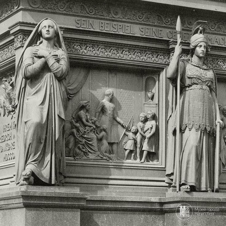 Кёнигсберг. Фрагмент постамента памятника Фридриху Вильгельму III на Парадной площади. Фото 1906 года.  Один из барельефов — королева Луиза с мужем и детьми.