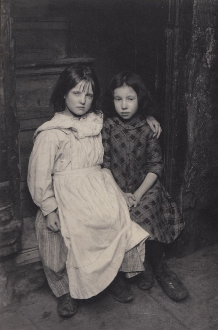 Spitalfields Nippers - Wakefield Sisters Photo: Horace Warner, ca. early 1900s