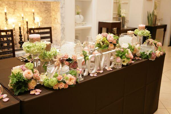 サーモンピンクとライトグリーンの装花