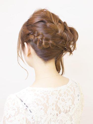 編み込みルーズなサイドアップ : オーダーの多い編み込みとこれまたオーダーの多いルーズな質感をMIX☆ / ■1.センターラインを大きく表編みで足し編みし、右耳の後ろあたりでピンで固定します。 ■2.左サイドの毛は裏編みで編み、①と同じ位置でピンで固定します。 ■3.右サイドの襟足に少し毛束を残し、残りの毛束を①と同じ位置に捻り上げピンで固定します。 ■4.集まった毛先の束に少し逆毛を立ててまとめていきます。 ■point.編み込んだ毛束やおくれ毛をルーズにするとよりやわらかいスタイルになります。