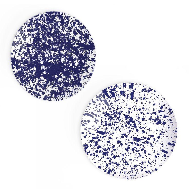 Avec leurs taches d'encre éparpillées, ces assiettes en porcelaine créent un décor unique, entre terre et mer. Service « Magma indigo », 4 assiettes en porcelaine de Limoges, 40 €, Non sans raison sur Made In Design.com