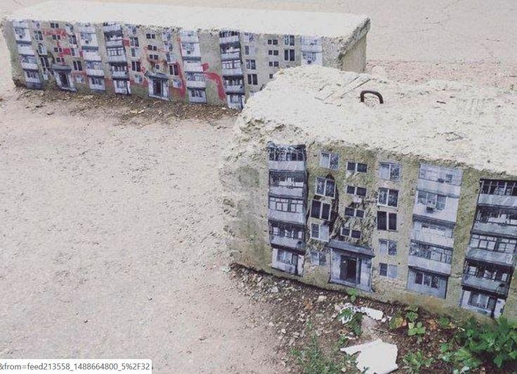 """""""Рядом с отделом современного искусства Тольяттинского художественного музея (ТХМ) появился очень крутой стрит-арт. Как пишет """"Медуза"""", бетонные заграждения превратили в панельные многоэтажки. Сотрудник ТХМ рассказал агентство, что авторы работы — строительно-художественная группа Кирка. Судя по их инстаграму, бетонные заграждения — единственное их произведение. К слову, читатели обратили внимание на то, что работа тольяттинской  группы очень похожа на то, что делает берлинский художник…"""