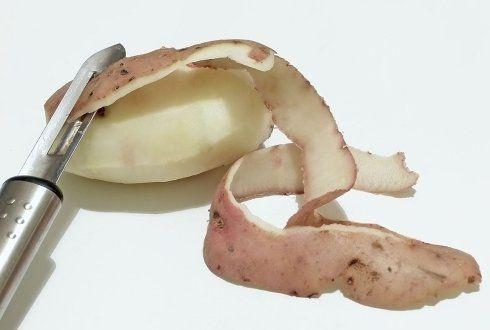 De openhaard / houtkachel is makkelijk schoon te houden door de aardappelschillen erin te gooien. Je hebt dan niet zoveel last van roet. #tip Check meer tips op: www.hulpstudent.nl