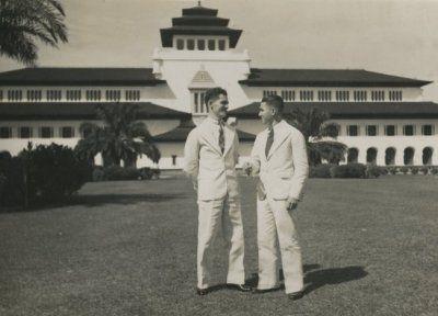 Tempo Doeloe - Dua pemuda Eropa didepan Gedung Sate, Bandoeng. 1930-1940