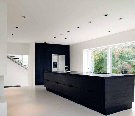 Mooie strakke #keuken met spoel- en #kookeiland in zwart houtdessin