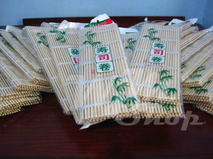sushi mat kuning Detail Produk: Tikar bambu sederhana untuk menggulung sushi, sebuah alat wajib yang harus ada di dapur Anda.  Ukuran: 24*24cm Warna: Kuning Bambu Bahan: Bambu
