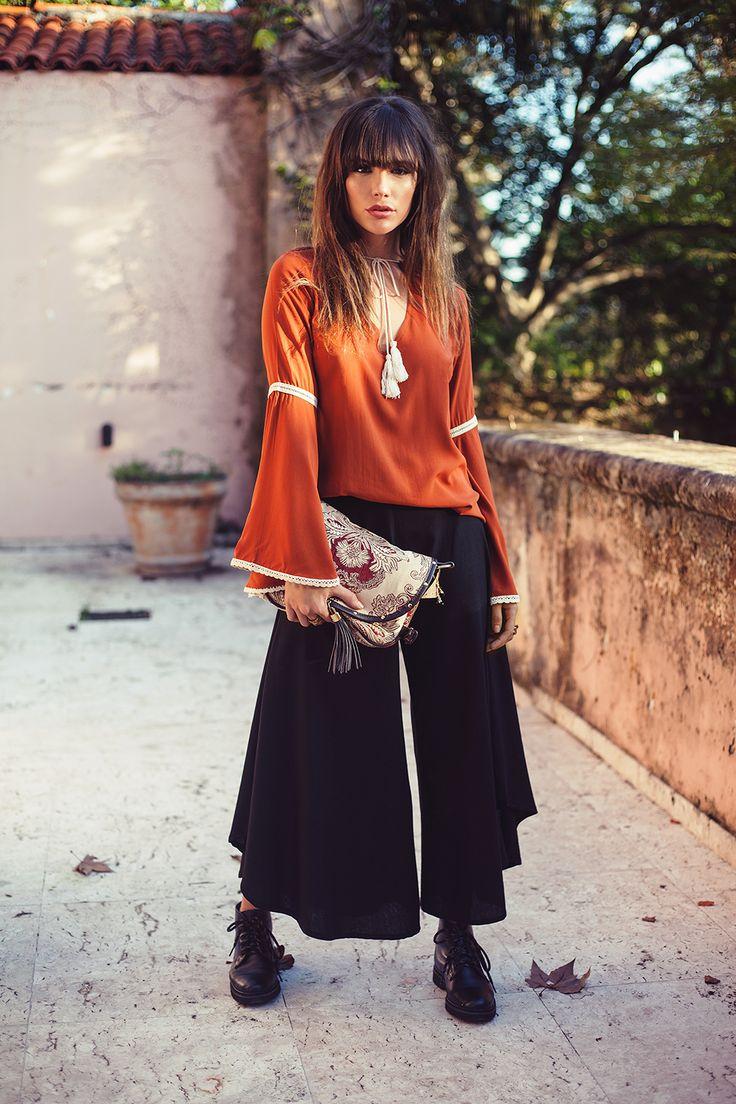 Calça Jade Noir = Coringa!!!    Pretona básica, fica incrível com bota, rasteira, salto, casual... Muito versátil, mil possibilidades!    Calça cullote em algodão com pernas amplas de corte arredondado e cavalo soltinho. Aqui com Blusa Tuca Ferrugem.