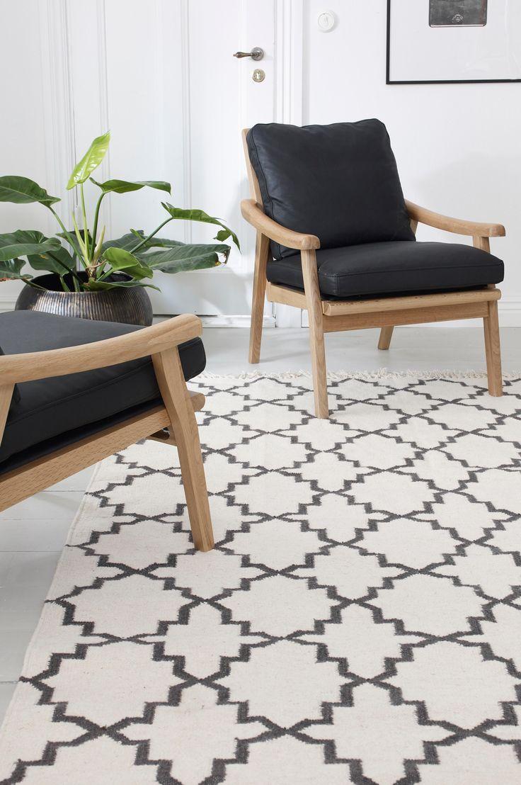Vacker matta i ullkvalitet med fransar på kortsidorna. För ökad säkerhet och komfort, använd halkskyddsmatta som håller din matta på plats. Halkskyddsmattan finns i flera olika storlekar.