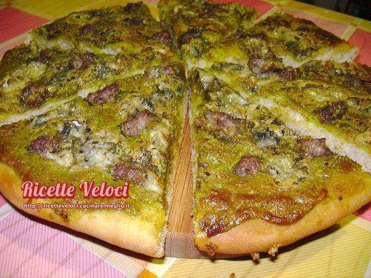 Pizza con pistacchio, salsiccia e gorgonzola