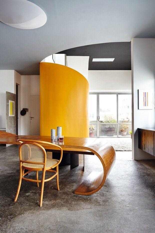 """O """"segmento"""" mesa do móvel Fita, com cerâmicas de Kimi Nii e cadeira Thonet – gravurasde Jesús Soto (à esq.) e de Willys de Castro (à dir.)"""