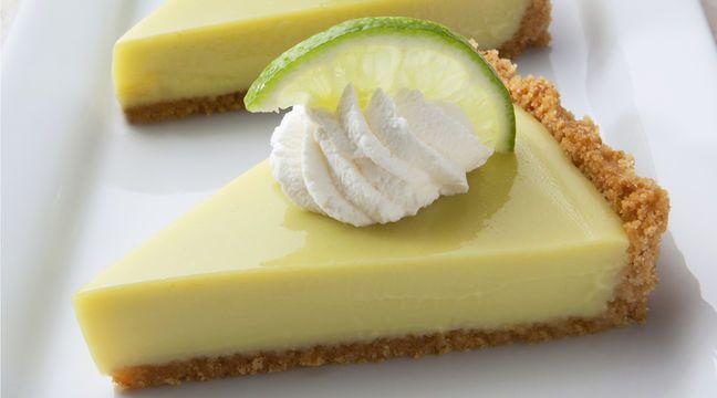Florida-Feeling zum Genießen: Key Lime Pie: Ofen auf 180 Grad vorheizen. Kekse in einen Frischhaltebeutel geben und mit einer Teigrolle zerstoßen. Butter in einem Topf auf dem Herd zerlassen. Kekse untermischen und die Masse in eine eingefettete Backform drücken. Schalen von drei Limetten abreiben, Limetten auspressen und mit der Schale mischen. Vier Eier mit 400g Kondensmilch und dem Limettensaft-Mix mischen. Die Masse auf dem Keksboden verteilen, Kuchen 20 Minuten backen und abkühlen…