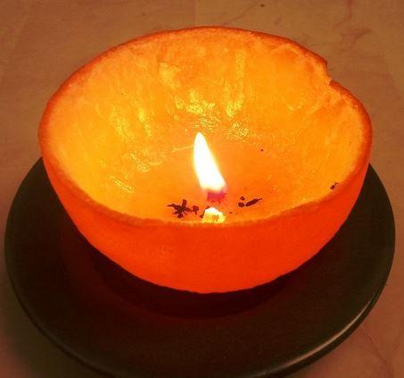 Zelfs de schillen van een sinaasappel kan je hergebruiken, hier kan je namelijk een kaars van maken!