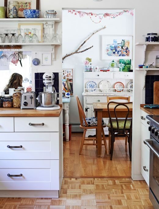 Warm wood, white cabinets, personal touches – Tamar's creative kitchen.