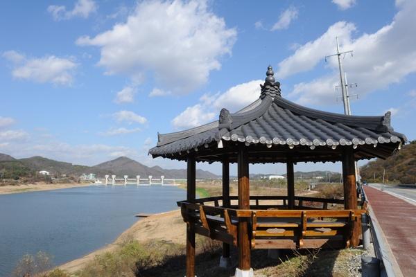 The graceful pavilion which is located at Gongju reservoir  of Geum river [ 금강 공주보 하류에 위치한 단아한 정자 ]