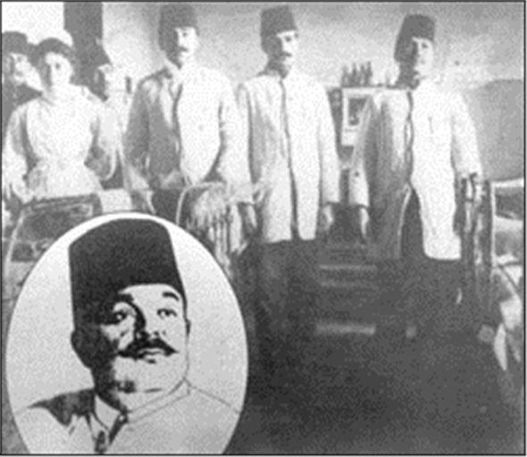 Dr. Raşit Tahsin Almanya'da bulunduğu sırada akıl ve sinir hastalıkları üzerine çalışmıştırç Gülhane Askeri Tıp Okulu'nda nöroloji ve psikiyatri dersleri vermiştir. 1908 yılında İstanbul Tıp Fakültesi Ruh ve Sinir Hastalıkları Kliniği'ne öğretim üyesi olmuştur. Tepebaşı Tiyatrosu'nda içkinin kötü etkileri hakkında İstanbul halkına konferanslar vermiştir. Seririyatı Akliye Dersleri adında 1920 tarihli bir kitabı ve çok sayıda bilimsel yazıları vardır.