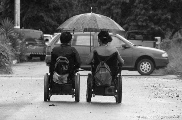 A deficiência é uma combinação entre os impedimentos que são particulares da pessoa e as barreiras existentes na arquitetura, na comunicação...