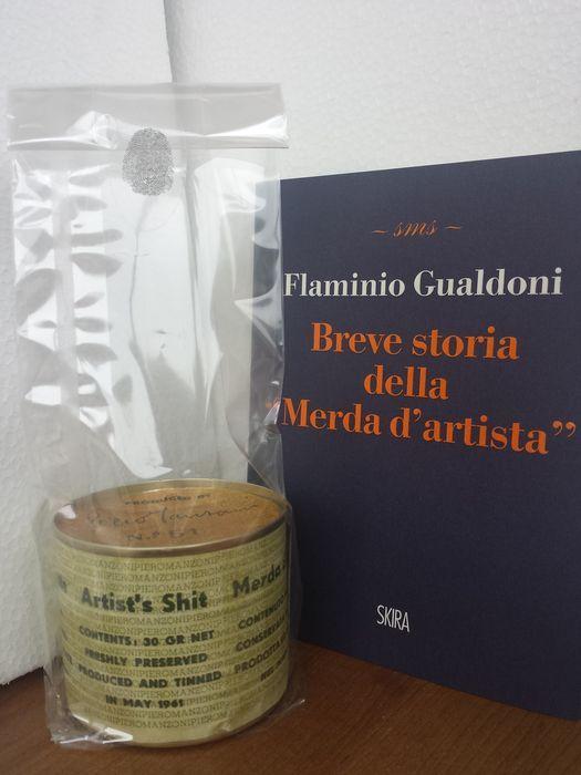 """Pietro Manzoni - Merda d'artista  Piero Manzoni (Italië 1933-1963)""""Merda d'artista"""" blikje """"Artist's shit"""" """"Merde d'Artiste"""" """"Kunstlerscheisse""""Conditie: zeer goed.(1961) waren oorspronkelijk geproduceerd 90 stuks waarvan zijn zeer weinig verlaten. Officiële uitgave door de Fondazione Piero Manzoni in 2013 ter herdenking van de 50ste verjaardag sinds de dood van de kunstenaar.Het totale bedrag van de uitgave is 9000 elke nummering (1-90) werd overgenomen voor 100 keer. De kopie aangeboden dat…"""