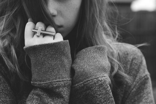 """Quero que entenda que isso é só um desabafo. Cada linha aqui contida foi escrita a base de pedaços de mim retirados. Como uma criança que cutuca seu machucado para deixá-lo ali exposto por mais alguns dias, única e simplesmente pelo fato das casquinhas """"coçarem"""" enquanto cicatrizam. Nada aqui é para magoar, ferir ou ofender. É só o que há em mim a tempos, guardado, escondido."""