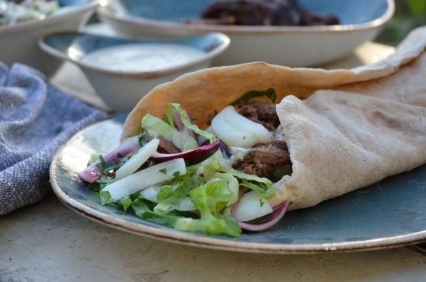 Krydret rullekebab  Fladbrød fyldt med lækkert, mørt kød krydret med koriander og spidskommen samt salat og en dressing af cremefraiche med chili, oregano og hvidløg.