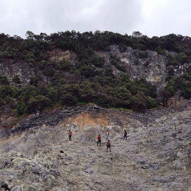 shot by @indramita taken at Gunung Tangkuban Parahu area -------- Tangkuban Parahu atau Gunung Tangkuban Perahu adalah salah satu gunung yang terletak di Provinsi Jawa Barat Indonesia. Sekitar 20 km ke arah utara Kota Bandung dengan rimbun pohon pinus dan hamparan kebun teh di sekitarnya Gunung Tangkuban Perahu mempunyai ketinggian setinggi 2.084 meter. Bentuk gunung ini adalah Stratovulcano dengan pusat erupsi yang berpindah dari timur ke barat. Jenis batuan yang dikeluarkan melalui letusan…