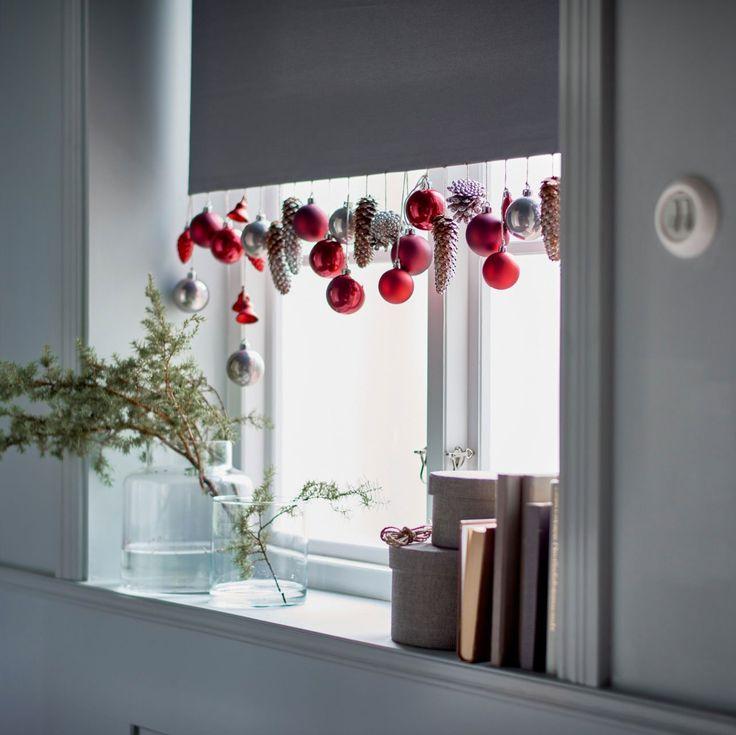 Suspendre des boules de Noël à la fenêtre