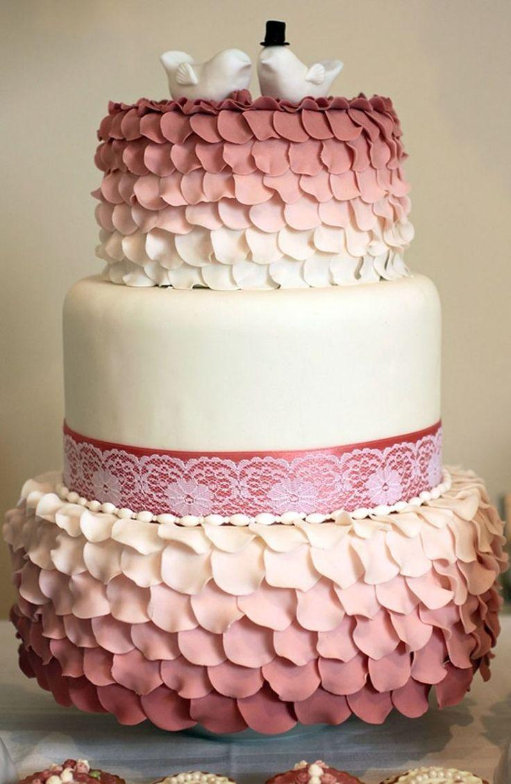 gâteau original dégradé en marsala et blanc avec dentelle comestible