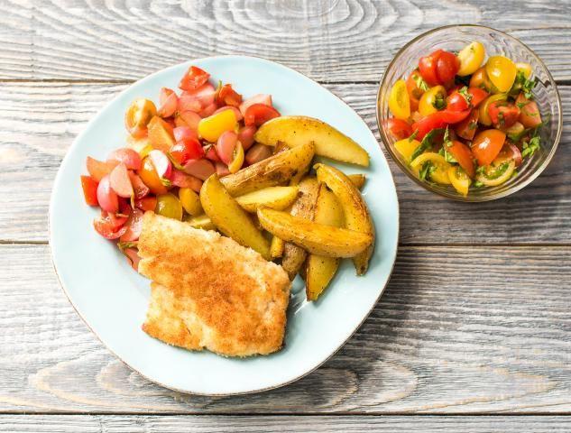 Visschnitzel met gesmoorde radijs, aardappelen en cherrytomaten Een feest aan tafel