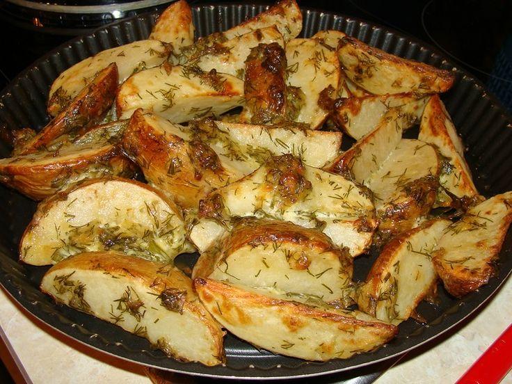 """..маринованная картошка...по-деревенски..  Тщательно помытые клубни молодого картофеля нарезать """"чесночными"""" дольками, сложить в миску, добавить  майонез, чеснок и зелень, хорошо перемешать, накрыть крышкой, дать промариноваться 6-8 часов. Выложить на противень и запекать до румяной корочки"""