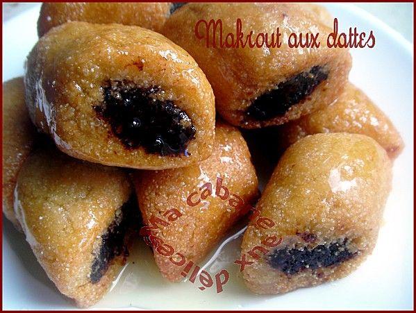 Makrout, le gâteau aux dattes et miel très renommé. cette version est aux dattes avec l'ajout d'amandes moulues à la pâte de dattes.Ils sont frits dans l'huile