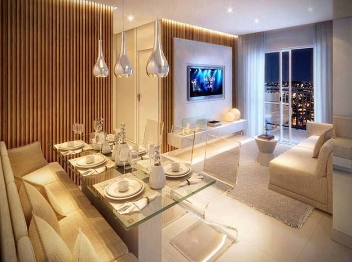 Sala de jantar integrada com a sala de tv. Com cadeiras transparentes e diferentes