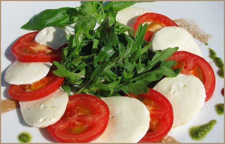 Салаты с рукколой моцарелой помидорами и соусом