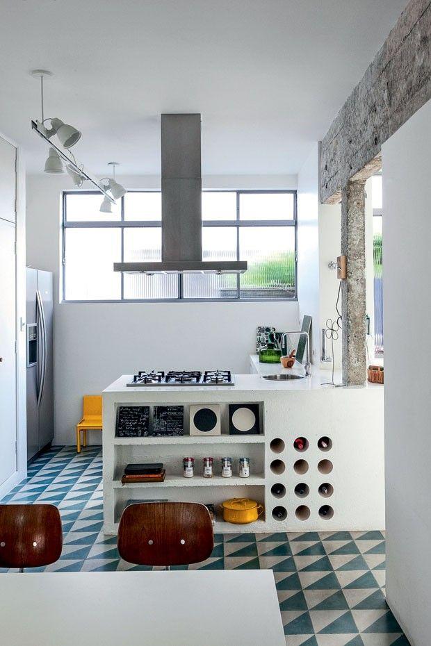 Les carreaux de ciment ont un réel pouvoir décoratif. Ils peuvent vraiment changer la donne côté déco. Evidemment, leur utilisation pour le sol de la cuisine ou de la salle de bain est quelque chose qui commence à être beaucoup vu et revu, mais qui fonctionne toujours bien. Aujourd'hui, je voulais surtout vous donner des Lire