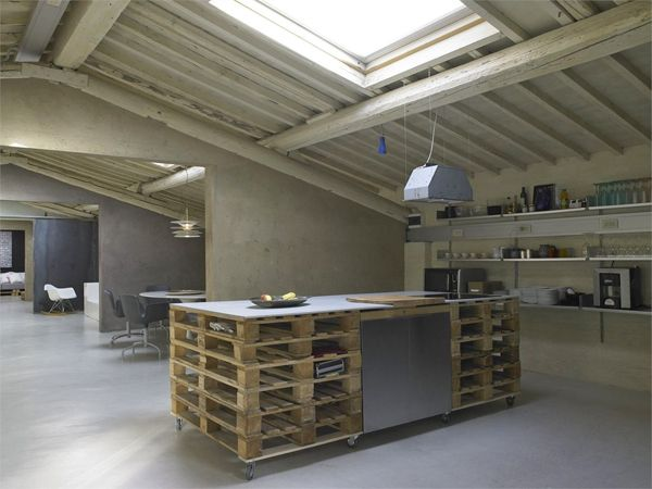 Pallet as functionnal furniture in a loft