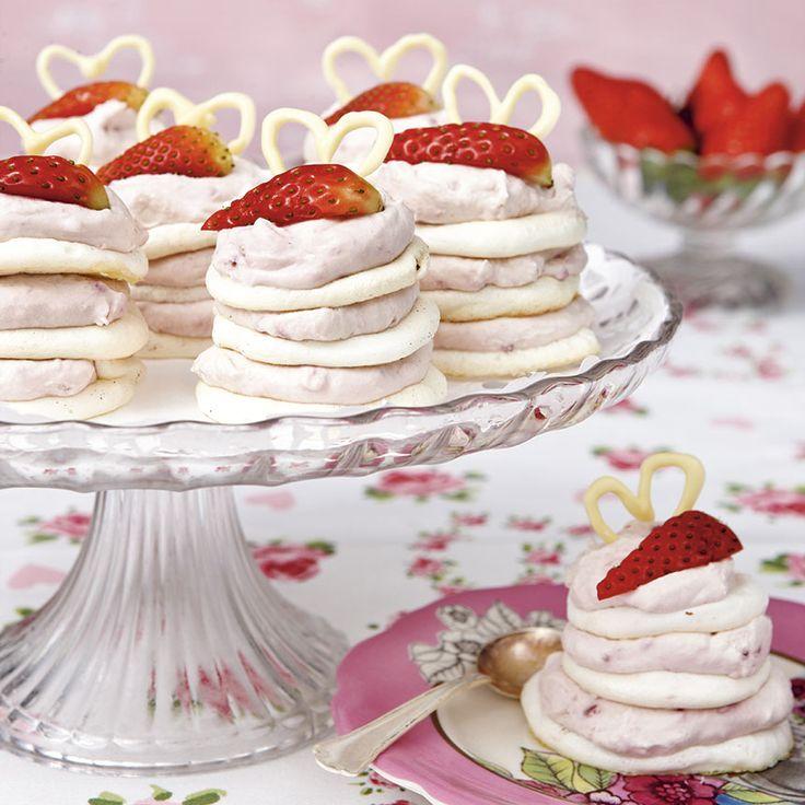 Frasiga marängbottnar varvade med jordgubbsgrädde. Enkla att göra och ljuvligt goda!