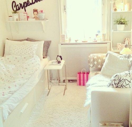 ベッドとソファーでも縦に置けば奥行きが出ますね。家具やファブリックを白で統一して広々見せています。