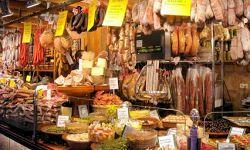 Op de markten van Mallorca wordt van alles verkocht en je kunt daar kennis maken met de plaatselijke bevolking en hun specialiteiten proeven. Zowel de lokale bevolking van Mallorca, die hier hun groenten, fruit, vis en huishoudelijke artikelen kopen, als de vele toeristen die hier sieraden, kleding, leren artikelen en uiteraard souvenirs kopen, genieten samen van deze manier van inkopen doen. De meeste markten zijn 's-ochtends geopend.