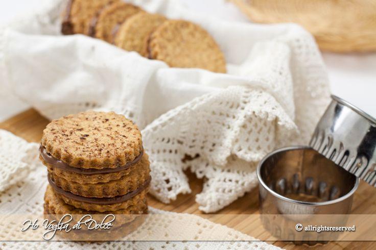 Biscotti sandwich al cioccolato o Nutella. Ideali per merenda, da regalare, da portare in gita e per la merenda dei più piccoli. Ricetta facile da preparare, pasta frolla veloce