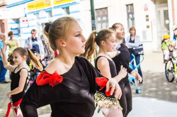 European Neighbours' Day program - girls are dancing in streets of Pilsen. #plzen2015