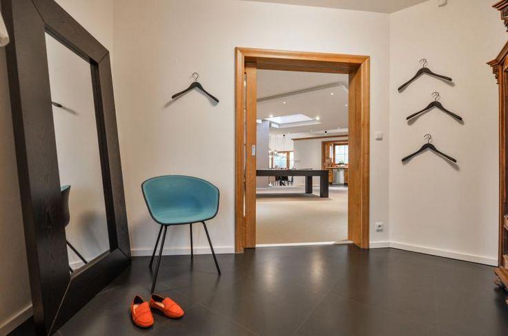 Černá kaučuková podlaha Artigo na chodbě rodinného domu, realizace BOCA. / Black rubber floor Artigo in the hallway of a private house.    http://www.bocapraha.cz/cs/reference-detail/98/rodinny-dum-klanovice/