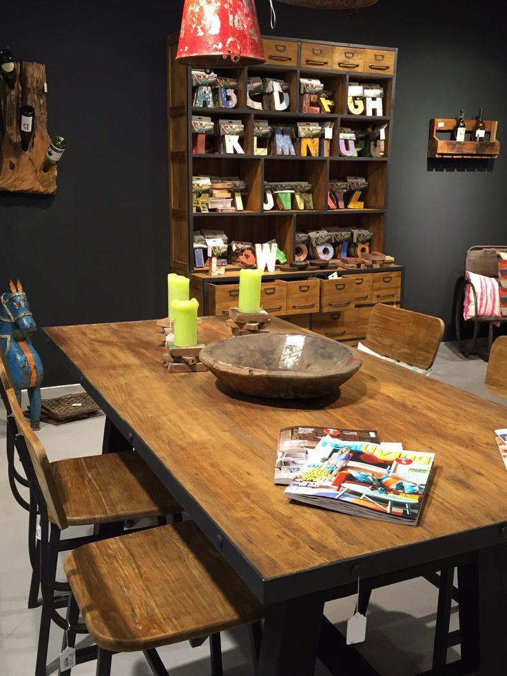Ein schöner Tisch mit industriellem Charme...oder vielleicht doch lieber ein paar Buchstaben aus dem Holz alter Boote...Du hast die Wahl.