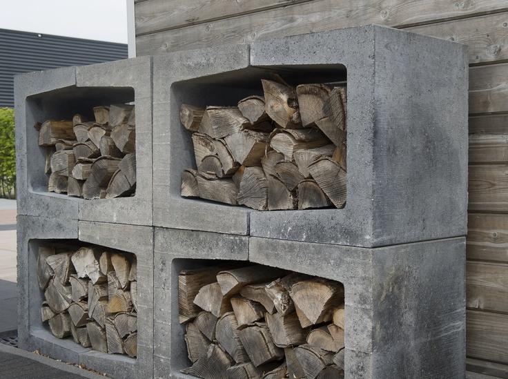 U-elementen maar dan in een rij als openhaardhout opslag (sier) en als extra bankje. In de voortuin tegen de erfgrens met de buren.
